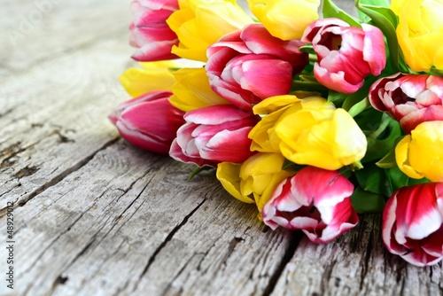 Obraz Tulipanowy bukiet na starej drewnianej desce - fototapety do salonu
