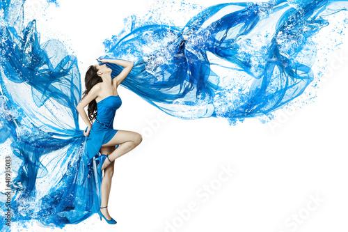 kobieta-taniec-w-niebieskiej-sukience-wody-rozpuszczenie-w-splash-izolowane-w