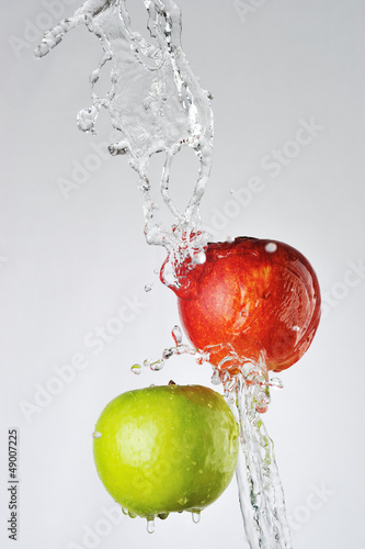 Poster Eclaboussures d eau Red, green apples and water splash