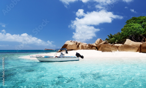 Foto-Kissen - speed boat on the beach of Coco Island, Seychelles (von Iakov Kalinin)