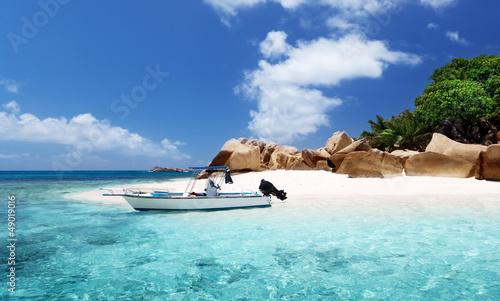 Foto-Schiebegardine Komplettsystem - speed boat on the beach of Coco Island, Seychelles