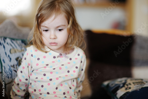 Foto op Plexiglas Wand Sad little girl portrait