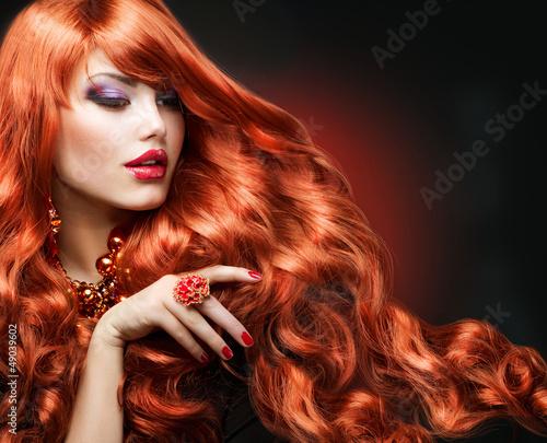 falowane-czerwone-i-dlugie-kobiece-wlosy