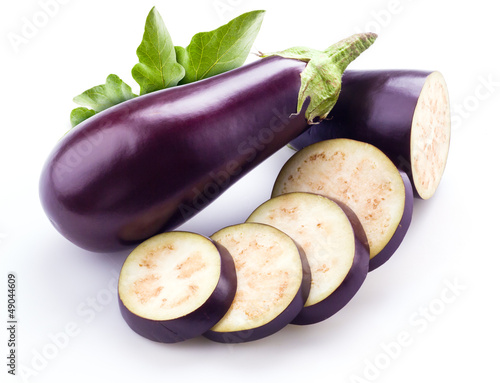 Photo  aubergine with leaves isolated on white