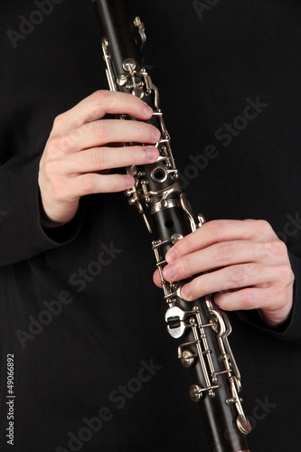 La pose en embrasure Musique Musician playing on clarinet on blue background