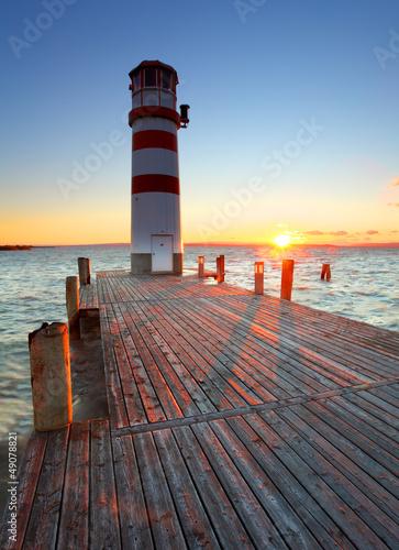 latarnia-morska-przy-jeziornym-neusiedl-przy-zmierzchem-austria