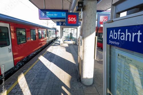 In de dag Spoorlijn Zug im Bahnhof