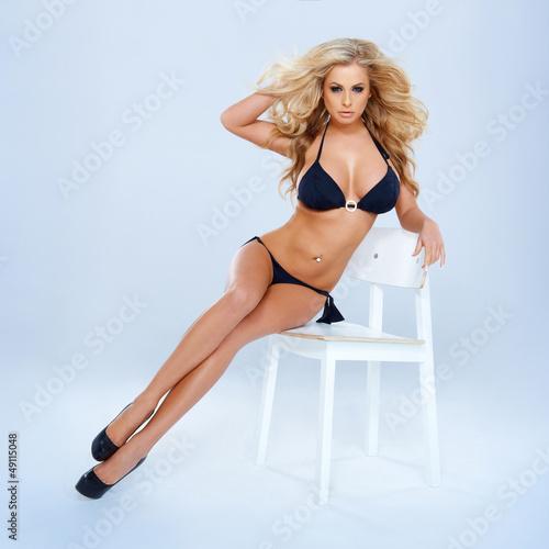 Blondynka W Bikini Siedzi Na Krześle