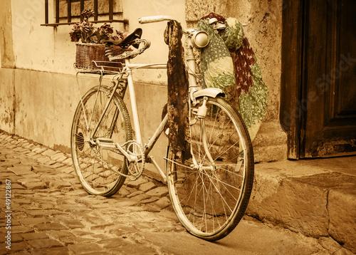 rocznika-rowerowy-opierac-przeciw-staremu-drzwi-w-sredniowiecznej-ulicie