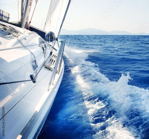 Jacht. Żeglarstwo. Żeglarstwo. Turystyka. Luksusowy styl życia