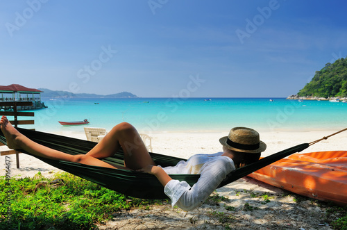 Photo  Woman in hammock on beach