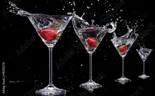 napoje-martini-z-plamami-odizolowane-na-czarnym-tle
