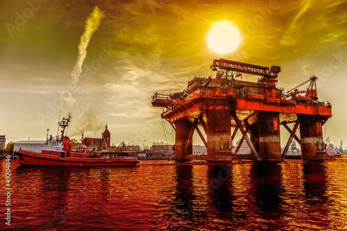 Fotografía  Oil rig in the dramatic scenery.