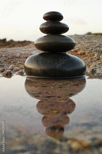 Photo sur Plexiglas Zen pierres a sable Zen Steinturm mit Spiegelung