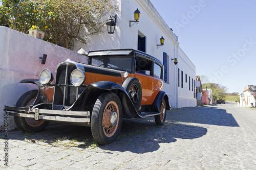 rocznika-samochodu-na-ulicy-colonia