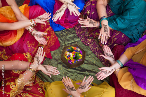Fotografia, Obraz  Henna Decorated Hands Arranged in a Circle