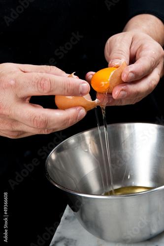 Fotografie, Obraz  rompere un uovo per cucinare