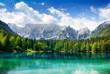 canvas print picture - Türkisfarbener See mit Wald und Bergen