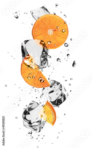 Foto op Aluminium In het ijs Oranges slices with ice cubes, isolated on white background