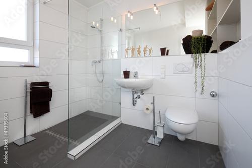 Kleines Badezimmer nach Renovierung – kaufen Sie dieses Foto ...