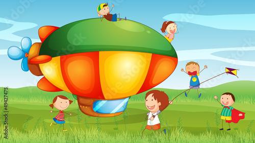 Papiers peints Avion, ballon An airship in the hills