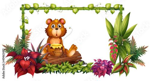 La pose en embrasure Ours A bear above a trunk in the garden