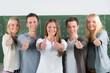 Leinwandbild Motiv schülerteam zeigt motiviert daumen hoch