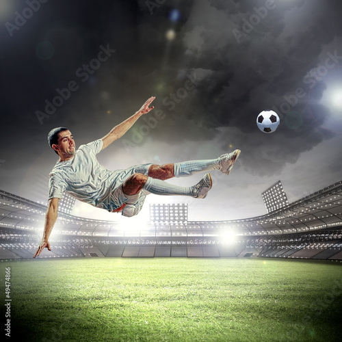Montage in der Fensternische Fußball football player striking the ball