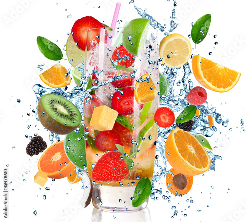 Poster Eclaboussures d eau Fruit Cocktail with splashing liquid isolated on white