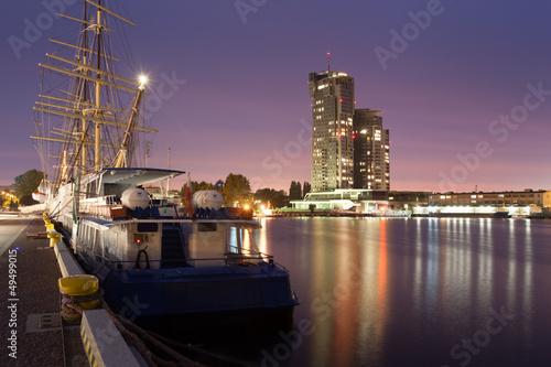port-w-gdyni-z-widokiem-na-wieze-morskie