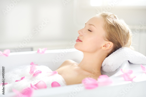 Photographie An Attractive girl relaxing in bath
