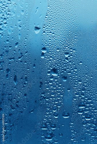 naturalne-krople-wody-na-szkle