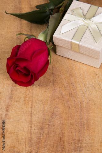Spoed Fotobehang Rood, zwart, wit Red rose and gift