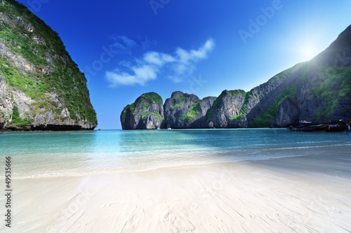 Foto-Kissen - morning time at  Maya bay, Phi Phi Leh island,Thailand (von Iakov Kalinin)