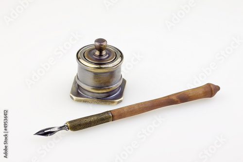 Valokuva  antique  ink pen  and inkwell isolated