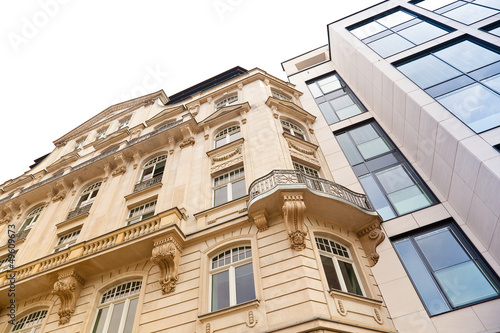 Fotobehang Oude gebouw Altbau und modernes Haus in Frankfurt