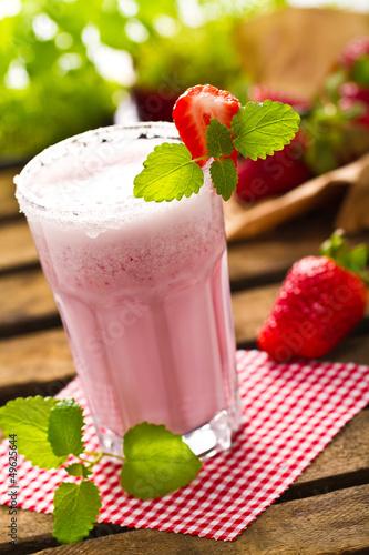 Keuken foto achterwand Milkshake Erdbeershake auf karierter Serviette