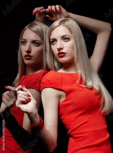 Poster Rouge, noir, blanc beautiful blonde woman
