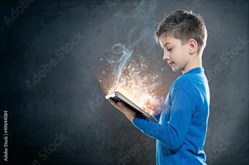 chlopiec-trzymajacy-tablet-poznaje-swiat-internetu