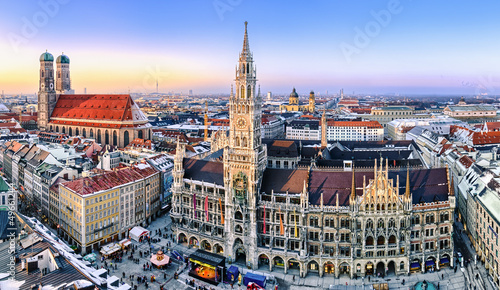 Fototapeta premium Panorama centrum Monachium w wieczornym świetle