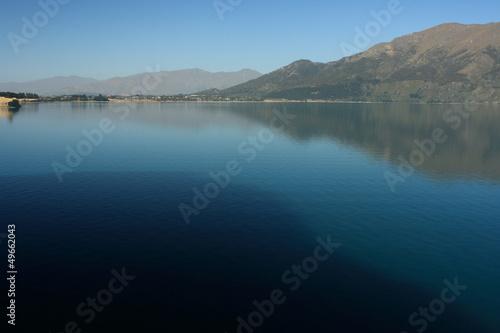 Photo  calm surface of lake Hawea, South Island, New Zealand