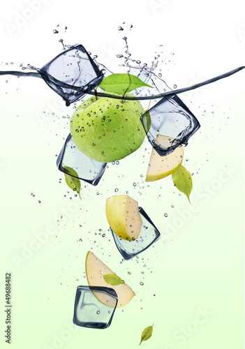 Foto op Canvas In het ijs Green apple slices with ice cubes