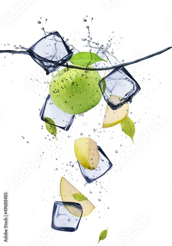 Foto op Plexiglas In het ijs Green apple slices with ice cubes, isolated on white background
