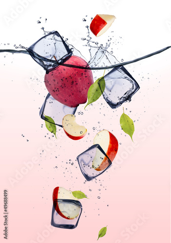 Poster Dans la glace Red apple slices with ice cubes