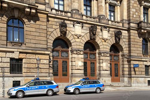 Fotografía  Polizeirevier mit zwei Einsatzfahrzeugen