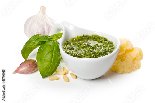 Fotografia Pesto Genovese in a gravy boat and ingredients