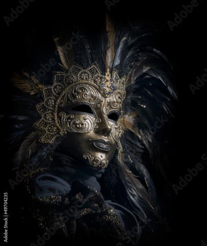 luksusowa-wenecka-maska-na-czarnym-tle