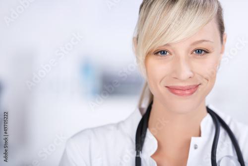 lächelnde ärztin - 49705222