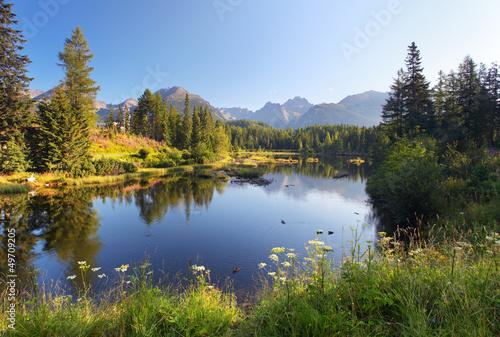 scena-gorska-przyrody-z-pieknym-jeziorem-na-slowacji-tatra-ul