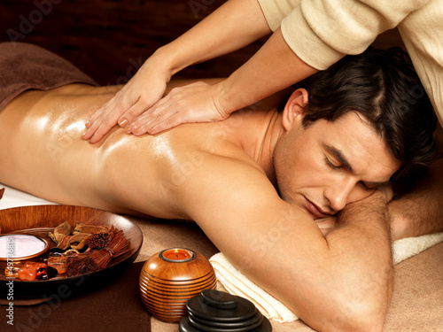 Poster  Mann, der Massage im Wellness-Salon